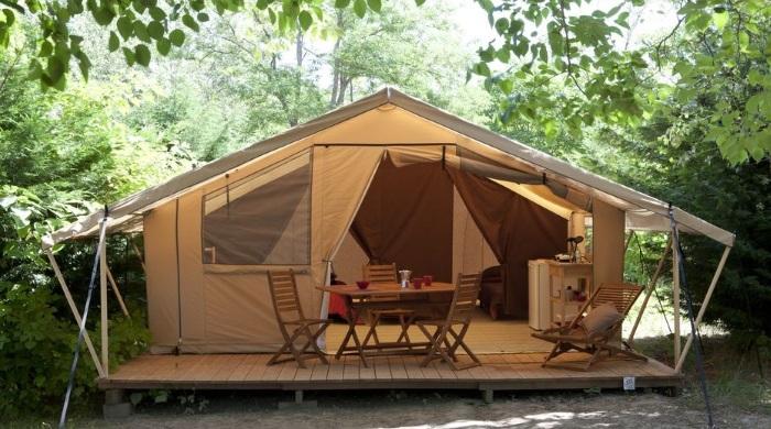 Le toilé lodge de l'o2 camping et sa terrasse